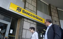 Agencia del Banco do Brasil, en el centro de Río de Janeiro, 16 de diciembre de 2014. Las ganancias en el tercer trimestre del estatal Banco do Brasil SA cayeron a su nivel más bajo en casi dos años ante un aumento de las provisiones para insolvencias, que moderó aún más el panorama para el prestamista más grande del país en términos de activos. REUTERS/Pilar Olivares