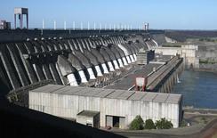 Foto de archivo de la represa de la hidroeléctrica paraguayo-brasileña Itaipu, en Foz do Iguaçu, en la frontera brasileña con Paraguay, 10 de noviembre de 2009. La hidroeléctrica paraguayo-brasileña Itaipu dijo el jueves que logró una marca histórica en la producción acumulada de energía, al alcanzar los 2.300 millones megavatios/hora generados desde que comenzó a operar en 1984. REUTERS/Rickey Rogers/Files