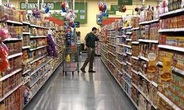 Un cliente compra en un supermercado Wal Mart en Bentonville, Arkansas, 4 de junio de 2015. Wal-Mart Stores Inc anunció que aumentó significativamente sus inventarios de cara a la temporada de fiestas de fin de año en las áreas de electrónica y juguetería, entre otros productos potencialmente populares, apostando a que la promesa de estar abastecidos atraerá a clientes en un periodo clave de ventas. REUTERS/Rick Wilking