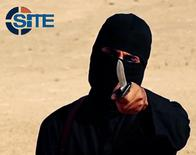"""Джихади Джон на кадре видеозаписи, полученной группой SITE 26 февраля 2015 года. Авиаудар США, нанесенный по территории Сирии, уничтожил боевика """"Исламского государства"""" по прозвищу """"Джихади Джон"""" - гражданина Великобритании, известного участием в публичных казнях американских и британских заложников, сообщили наблюдатели из Syrian Observatory for Human Rights в пятницу. REUTERS/SITE Intel Group/Handout via Reuters"""