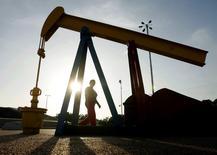 L'Agence internationale de l'énergie (AIE) estime que l'accumulation d'importants stocks de pétrole brut ces derniers mois, le ralentissement de la demande mondiale et la bonne tenue de la production des pays extérieurs à l'Opep pourraient accentuer la situation actuelle d'excédent du marché pendant une bonne partie de 2016. /Photo d'archives/REUTERS/Jorge Silva