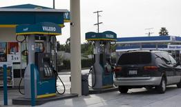 Imagen de archivo de una gasolinera de Valero en Pasadena, EEUU, oct 27, 2015. El mundo está inundado de petróleo después de que las reservas alcanzaron niveles récord en los últimos meses y la ralentización del crecimiento de la demanda combinada con una oferta sólida fuera de la OPEP podría empeorar la superabundancia bien entrado el próximo año, dijo el viernes la Agencia Internacional de Energía (AIE).   REUTERS/Mario Anzuoni