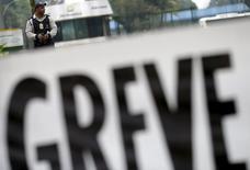Un guardia de seguridad custodiando la refinería Duque de Caxias de Petrobras, cerca de Río de Janeiro, 3 de noviembre de 2015. Los líderes del principal sindicato de trabajadores petroleros de Brasil dijeron el jueves que una oferta de contrato de Petrobras no está a la altura de sus demandas y buscaron una reunión con el presidente ejecutivo de la compañía para discutir sus peticiones. REUTERS/Ricardo Moraes