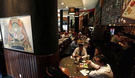 Pessoas bebendo em restaurante em São Paulo.   25/04/2014     REUTERS/Paulo Whitaker