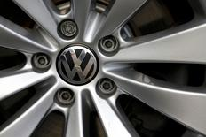 Les ventes de la marque Volkswagen ont baissé de 5,3% en octobre, le premier mois entier depuis qu'a éclaté le scandale de la fraude aux tests anti-pollution aux Etats-Unis, la plus grave crise que connaisse le constructeur allemand depuis sa création. /Photo prise le 4 novembre 2015/REUTERS/Wolfgang Rattay