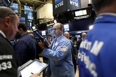Operadores trabajando en la bolsa de Wall Street en Nueva York, nov 11, 2015. Las acciones cayeron con fuerza el viernes en la bolsa de Nueva York y registraron su peor semana desde agosto arrastradas por una ola de ventas en el sector tecnológico, mientras que los temores sobre la próxima temporada navideña golpearon a los papeles de las tiendas por departamento.  REUTERS/Brendan McDermid
