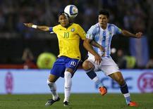 Neymar e argentino Rojo em partida em Buenos Aires. 13/11/2015  REUTERS/Marcos Brindicci