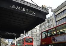 Le Meridien Piccadilly à Londres, propriété de Starwood Hotels. Le groupe hôtelier américain Marriott International va racheter son compatriote Starwood Hotels & Resorts Worldwide pour 12,2 milliards de dollars (11,4 milliards d'euros). /Photo d'archives/REUTERS/Toby Melville