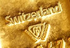 Un lingote de oro de un kilo en un banco suizo en Berna, 25 de noviembre de 2014. El oro subía cerca de un 1 por ciento el lunes, recuperándose de mínimos de seis años vistos la semana pasada debido a que los múltiples ataques en París alentaron un periodo de aversión al riesgo global. REUTERS/Ruben Sprich