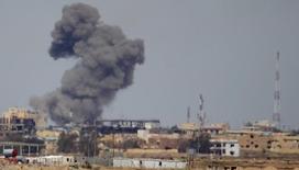 """Столб дыма над Тикритом после авиаудара. 27 марта 2015 года. США и союзники нанесли 23 удара по """"Исламскому государству"""" в Ираке и Сирии в воскресенье, говорится в сообщении сил международной коалиции, опубликованном в понедельник. REUTERS/Thaier Al-Sudani"""
