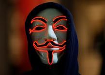 Un seguidor de Anonymous con una máscara en una protesta en Londres el 5 de noviembre de 2015. Anonymous se prepara para lanzar una ola de ataques cibernéticos contra Estado Islámico tras los atentados perpetrados en París la semana pasada que dejaron 129 muertos, dijo en un video publicado en internet el colectivo de hackers. REUTERS/Peter Nicholls