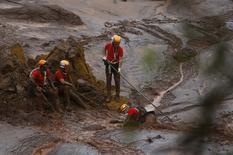Equipes de resgate fazem buscas em Bento Rodrigues, em  Mariana (MG) 8/11/2015 REUTERS/Ricardo Moraes
