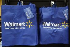 Wal-Mart Stores, le numéro un mondial de la grande distribution, publie un bénéfice trimestriel meilleur qu'attendu au titre de la période août-octobre, cinquième trimestre consécutif de croissance de ses ventes à magasins comparables aux Etats-Unis. /Photo d'archives/REUTERS/Jim Young