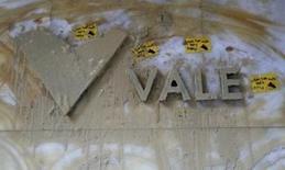 El logo de la compañía minera Vale, fotografiado en su sede en el centro de Río de Janeiro, Brasil, 16 de noviembre de 2015. El costo del letal colapso de una represa de un embalse en un yacimiento de mineral de hierro operado por Samarco en Brasil ya superó el límite del seguro para cubrir daños civiles, dijo el lunes la minera Vale, uno de los dueños de la compañía. REUTERS/Sergio Moraes