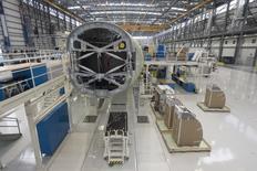 Un Airbus A321 siendo ensamblado en el hangar de la planta de manufacturas de Airbus en Mobile, Alabama, 13 de septiembre de 2015. La producción industrial de Estados Unidos cayó en octubre por segundo mes consecutivo, dijo el martes la Reserva Federal, lo que aumentó las preocupaciones sobre la solidez del crecimiento económico en el cuarto trimestre. REUTERS/Michael Spooneybarger