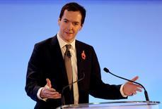 El ministro de Finanzas del Reino Unido, George Osborne, durante una conferencia de prensa en Londres, 11 de noviembre de 2015. Militantes de Estado Islámico están intentando desarrollar la capacidad de lanzar ciberataques letales contra infraestructuras de Reino Unido, asegurará el martes el ministro de Finanzas de ese país, George Osborne, al tiempo que anunciará la duplicación del gasto en ciberseguridad. REUTERS/Suzanne Plunkett