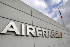 Air France, à suivre mercredi à la Bourse de Paris. Deux vols de la compagnie entre les Etats-Unis et Paris, l'un au départ de Los Angeles et l'autre de Washington, ont été déroutés dans la nuit de mardi à mercredi à la suite de menaces anonymes. /Photo d'archives/REUTERS/Jacky Naegelen