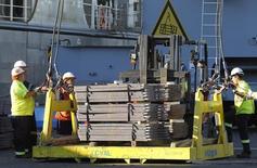 Unos trabajadores cargando un cargamento de cobre listo para ser exportado a Asia en el puerto chileno de Valparaíso, ene 25, 2015. La economía chilena creció un 2,2 por ciento en el tercer trimestre, una cifra levemente mejor a la esperada, debido a un suave repunte de la demanda interna liderada por el gasto del gobierno y de las inversiones. REUTERS/Rodrigo Garrido