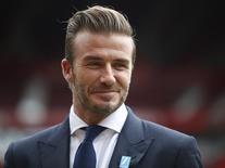 """El ex futbolista David Beckham posa para fotógrafos en un partido benéfico a favor de UNICEF en Old Trafford, Manchester, Reino Unido, el 6 de octubre de 2015. El astro del fútbol inglés ya retirado David Beckham, convertido en una celebridad internacional tanto dentro como fuera del campo, fue designado por la revista People como el """"hombre vivo más sexy"""". REUTERS/ Andrew Yates"""