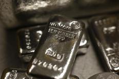 Barras de plata colocadas en una caja fuerte, en Múnich, 3 de marzo de 2014. Los suministros globales de plata alcanzaron un déficit por tercer año consecutivo en el 2015, en momentos en que la producción minera registra su menor alza en más de una década y el sector reduce sus posiciones de cobertura, dijo el martes un analista de Thomson Reuters GFMS.   REUTERS/Michael Dalder