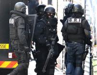 Французские спецназовцы во время спецоперации в Сен-Дени. 18 ноября 2015 года. Исламисты, задержанные французской полицией в пригороде Парижа, планировали совершить атаку в деловом центре столицы - Дефансе, сообщил источник, близкий к следствию, и два источника в полиции. REUTERS/Christian Hartmann