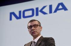 Selon le directeur général de Nokia, Rajeev Suri, la fusion avec Alcatel-Lucent va permettre au groupe finlandais d'augmenter fortement sa puissance de feu dans des nouvelles technologies comme la 5G tout en réduisant ses coûts. /Photo prise le 17 avril 2015/REUTERS/Lehtikuva/Markku Ulander