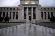 Здание ФРС США в Вашингтоне. 31 июля 2013 года. Значительное число чиновников Федеральной резервной системы поддержало возможность повышения процентной ставки в декабре во время последнего совещания регулятора, но также его участники обсуждали свидетельства того, что долгосрочный потенциал американской экономики мог снизиться навсегда. REUTERS/Jonathan Ernst