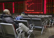 Инвестор в брокерской конторе в Пекине. 18 ноября 2015 года. Акции развивающихся стран подскочили на 1,4 процента до недельных пиков в четверг, валюты этих стран укрепились к слабеющему доллару после того, как Федрезерв США сигнализировал об осторожном приближении в повышению ставок. REUTERS/Li Sanxian