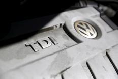 Моторный отсек автомобиля Volkswagen Jetta SportWagen. Сан-Франциско, Калифорния, 24 сентября 2015 года. Американское подразделение Volkswagen сообщило в среду, что 120.000 владельцев его автомобилей, нарушающих американские нормы выбросов, получат оплаченные немецким автоконцерном подарочные карты и сертификаты на бесплатную круглосуточную техническую поддержку. REUTERS/Robert Galbraith