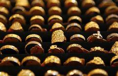 Varios anillos de oro en una tienda en Kuala Lumpur el 21 de abril de 2011. Los precios del oro subían el jueves y se recuperaban de mínimos de casi seis años debido a la depreciación del dólar tras una racha alcista, aunque el metal precioso seguía bajo presión por las expectativas de una inminente alza de las tasas de interés en Estados Unidos. REUTERS/Bazuki Muhammad