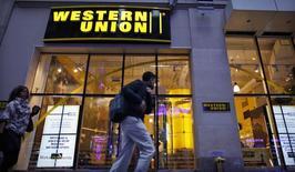 Western Union, qui est à suivre à la Bourse de New York, a annoncé une offre informelle de 632 millions de dollars sur son concurrent australien en ligne OzForex Group, afin de développer sa présence dans l'un des principaux marchés mondiaux des transferts d'argent. /Photo d'archives/REUTERS/Eduardo Munoz