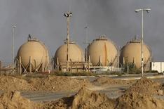 Imaghen de archivo de la refinería de crudo de Baiji, al norte de Bagdad, oct 16, 2015. Irak podría incrementar aún más la producción de petróleo en el 2016, aunque en menor medida que este año, al intensificarse una batalla por la cuota de mercado entre los miembros de la OPEP y los rivales que no integran el grupo, que ha obligado a Bagdad a vender algunos tipos de crudo en apenas 30 dólares por barril.   REUTERS/Thaier Al-Sudani