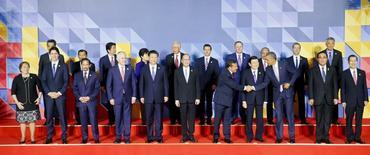 Fotografía grupal de los 21 líderes del Foro de Cooperación Económica del Asia Pacífico (APEC) en Manila, nov 19, 2015. Las naciones de Asia-Pacífico cerraron filas contra el terrorismo el jueves al final de una cumbre ensombrecida por los ataques de la semana pasada en París, pero igualmente Washington y Moscú discutieron sobre cómo lidiar con Siria y los combatientes de Estado Islámico que se refugian en ese país.  REUTERS/Bullit Marquez/Pool