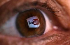 El logo de YouTube reflejado en el ojo de una persona en Zenica, Bosnia, jun 18, 2014. En un esfuerzo por expandir su alcance global, YouTube anunció el jueves una nueva serie de herramientas para ayudar a traducir títulos y descripciones de sus videos a varios idiomas.  REUTERS/Dado Ruvic