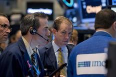 Трейдеры на торгах Нью-Йорской фондовой биржи 4 ноября 2015 года. Фондовый рынок США завершил торги четверга небольшим снижением на фоне негативной динамики бумаг сектора здравоохранения, перечеркнувшей подъем акций Intel и других технологических компаний. REUTERS/Brendan McDermid