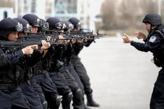 """Китайский полицейский спецназ на учениях в Урумчи 7 ноября 2014 года. Силы безопасности Китая в дальневосточном Синьцзян-Уйгурском автономном регионе уничтожили 28 """"террористов"""" группировки, организовавшей нападение на угольную шахту в сентябре под руководством """"иностранных экстремистов"""", сообщило региональное правительство в пятницу. REUTERS/Stringer"""