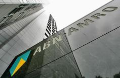 Головной офис ABN AMRO в Амстердаме 29 мая 2007 года. Бумаги ABN Amro будут размещены в ходе IPO по 17,75 евро, что позволит правительству Нидерландов привлечь не менее 3,3 миллиарда евро ($3,54 миллиарда) в ходе крупнейшего европейского банковского листинга с момента начала кризиса 2008 года. REUTERS/Koen van Weel