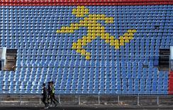 Спортсмены тренируются на стадионе в Ставрополе 10 ноября 2015 года. Российские спортсмены не будут участвовать в чемпионате мира по легкой атлетике в закрытых помещениях 2016 года в американском Портленде, сказал Рейтер источник, знакомый с ситуацией, в четверг. REUTERS/Eduard Korniyenko