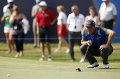 Golf - DP World Tour Championship - Jumeirah Golf Estates, Dubai, United Arab Emirates - 20/11/15 Sweden's Henrik Stenson lines up a putt during the second round Action Images via Reuters / Paul Childs Livepic