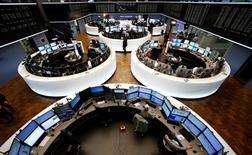 Помещение фондовой биржи во Франкфурте-на-Майне. 4 ноября 2015 года. Европейские рынки акций выросли в пятницу, приблизившись в новым трехмесячным пикам и готовясь зафиксировать лучшую неделю за месяц. REUTERS/Ralph Orlowski