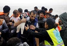 Сирийские беженцы на Лесбосе 23 октября 2015 года. Подавляющее большинство членов Палаты представителей проголосовало за приостановку программы президента Барака Обамы по приёму 10.000 сирийских беженцев в следующем году, несмотря на угрозу Обамы воспользоваться правом вето.  REUTERS/Yannis Behrakis