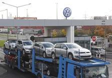 La Commission européenne donne à Volkswagen jusqu'à la fin de l'année pour fournir les informations demandées concernant des irrégularités dans des taux de dioxyde de carbone, comme le réclamait le constructeur automobile. /Photo prise le 9 novembre 2015/REUTERS/Fabian Bimmer