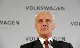 El presidente ejecutivo de Volkswagen, Matthias Mueller, da una declaración en la fábria de la compañía en Wolfsburgo, Alemania, 20 de noviembre de 2015. Volkswagen redujo el viernes en 1.000 millones de euros (1.100 millones de dólares) su plan de inversión para el año próximo, en momentos en que la automotriz alemana debe hacer frente al impacto multimillonario de un escándalo por fraude en las pruebas de emisiones de gases de sus vehículos. REUTERS/Ina Fassbender