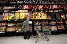 La confiance du consommateur s'est redressée davantage que prévu en novembre dans la zone euro, /Photo prise le 18 août 2015/REUTERS/Suzanne Plunkett - RTX1OMLM