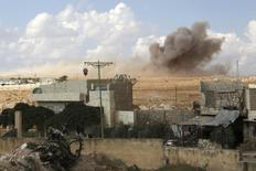 Дым в городе Маарет ан-Нуман в сирийской провинции Идлиб после авиаудара, нанесенного, по словам активистов, российской авиацией. 7 октября 2015 года. Россия не ведет речи о наземной военной операции в Сирии, где она наносит ракетно-бомбовые удары по позициям боевиков-исламистов. REUTERS/Khalil Ashawi