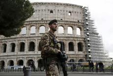 Soldado italiano patrulha o Coliseu, em Roma. 20/11/2015. REUTERS/Alessandro Bianchi