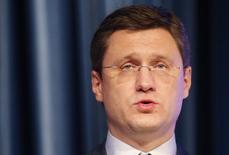 En la imagen de archivo, el ministro de Energía ruso, Alexander Novak, pronuncia un discurso durante una reunión con miembros del ministerio en Moscú, el 31 de octubre de 2014. Novak dijo el sábado que la mejor manera de hacer frente al desequilibrio en el mercado mundial de petróleo es dejando que la oferta y la demanda se nivelen en el largo plazo.   REUTERS/Tatyana Makeyeva (RUSSIA - Tags: BUSINESS ENERGY POLITICS) - RTR4CB9D