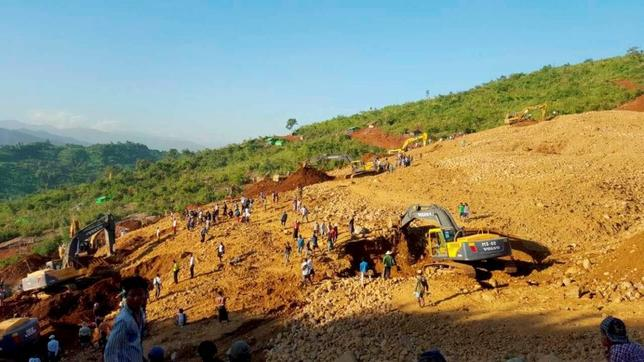 People look for the bodies of miners killed by a landslide in Hpakant jade mine in Kachin state November 21, 2015. Picture taken November 21, 2015. REUTERS/Stringer