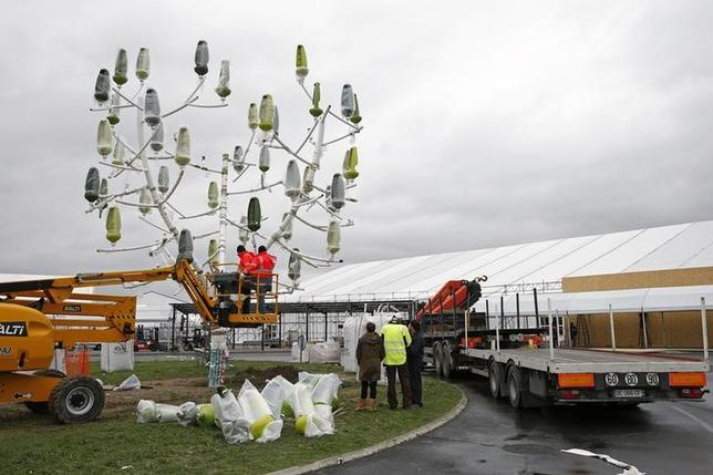 Men work on the site where the upcoming COP21 World Climate Summit will be held at Le Bourget, near Paris, France, November 19, 2015. REUTERS/Benoit Tessier