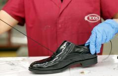 Le maroquinier italien Tod's a annoncé lundi le rachat de la marque de chaussures Roger Vivier pour 415 millions d'euros. Tod's fabrique déjà et commercialise des chaussures Roger Vivier dans le cadre d'un accord de licence qui arrive à expiration en 2016. /Photo d'archives/REUTERS/Max Rossi